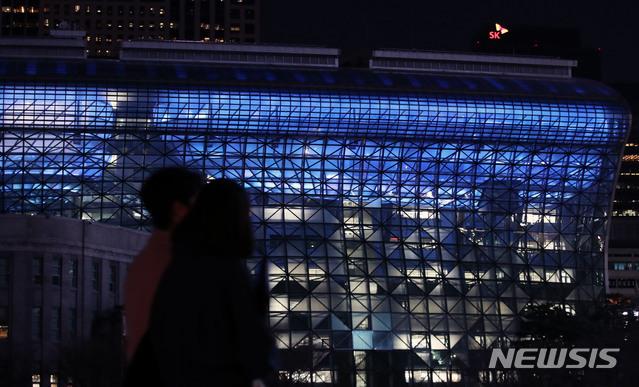 세계 자폐증 인식의 날인 2일 오후 서울 중구 시청에  '블루라이트 캠페인'의 일환으로 자폐성 장애인에 대한 관심과 이해를 상징하는 파란색 조명이 점등되어 있다. (사진=뉴시스DB)