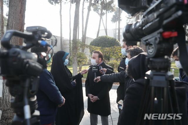 [서울=뉴시스]마무드 바에지 이란 대통령 비서실장(사진 가운데)이 현지 매체와 인터뷰를 하고 있다. 이 사진은 13일(현지시간) 이란 정부 홈페이지에 게재된 것이다. 2021.01.14