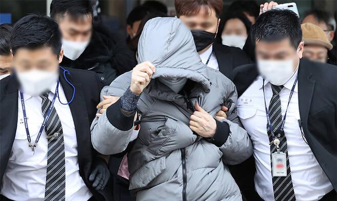16개월 된 입양 딸 정인 양에 대한 아동학대 혐의로 불구속기소 된 양부 안 모 씨가 13일 서울 양천구 남부지방법원에서 열린 1심 첫 공판이 끝난 후 법원을 나서고 있다. 연합뉴스
