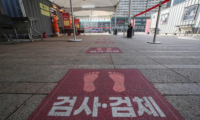 14일 오전 서울 중구 서울시청 신종코로나바이러스 감염증(코로나19) 선별진료소가 한산한 모습이다. 연합뉴스