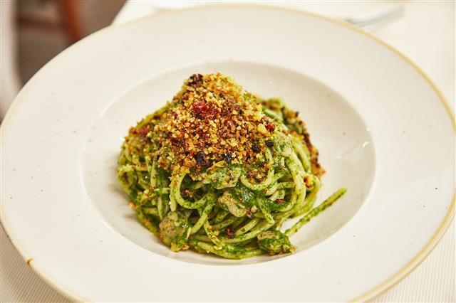 이탈리아 시칠리아에서 만난 회향잎으로 만든 페스토 파스타. 이탈리아는 물론 전 세계에서 즐겨 먹는 파스타는 거창한 재료를 필요로 하는 요리가 아니다. 각 지역의 식문화에 따른 재료를 활용해 다양하게 변주할 수 있다.