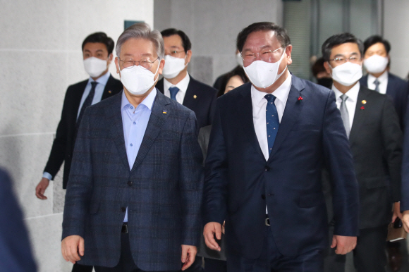 당정협의 참석하는 이재명 지사 - 더불어민주당 김태년(오른쪽) 원내대표와 이재명(왼쪽) 경기지사가 14일 국회 의원회관에서 열린 군사시설 보호구역 해제 및 완화 당정 협의에 참석하고자 회의장으로 가고 있다.김명국 선임기자 daunso@seoul.co.kr