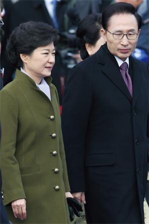 2013년 2월25일 당시 박근혜 대통령이 국회의사당에서 열린 18대 대통령 취임식에서 이명박 전 대통령을 환송하기 위해 함께 단상에서 내려오고 있다. ⓒ 사진공동취재단