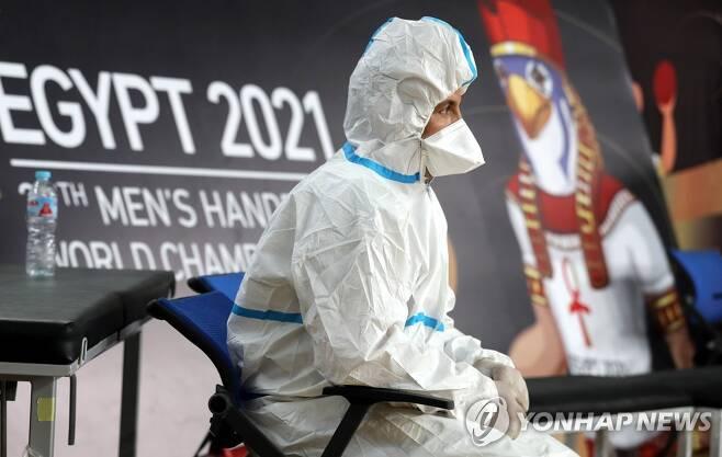 방호복을 입고 경기장에 배치된 안전 요원. [EPA=연합뉴스]