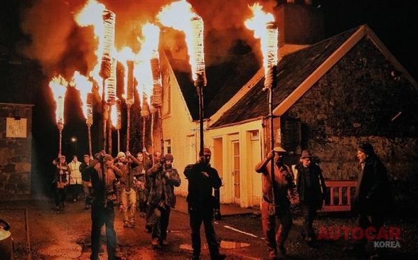 콤리의 플램보는 호그머네이를 축하한다 – 그리고 마녀를 불태운다
