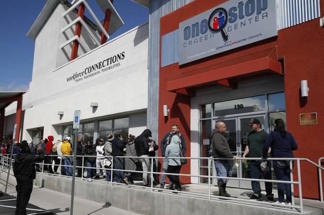 미국에서 실업수당 청구를 위해 몰린 사람들