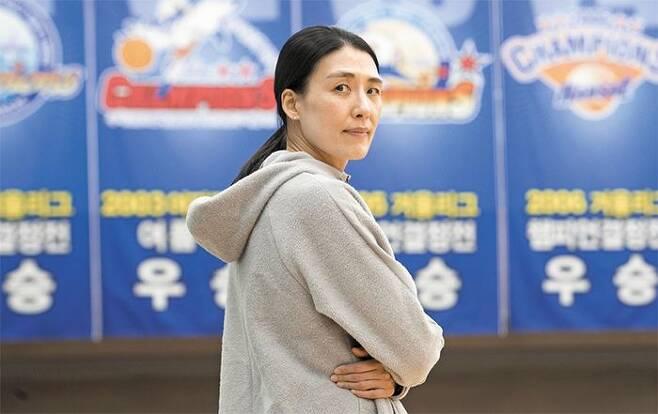"""30년간 한국여자농구 코트를 지켜온 전주원 우리은행 코치는 """"팬들이 체육관 앞으로 보내준 커피 트럭을 보고서야 프로 30년이 됐다는 걸 알았다""""고 했다. /김지호 기자"""