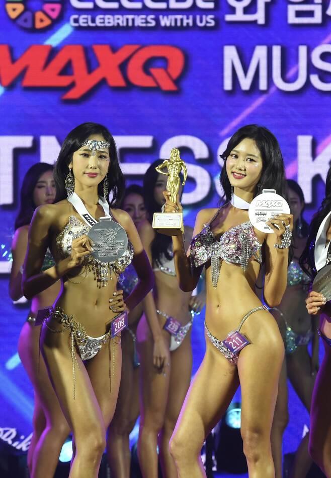지난해 10월, 머슬마니아 대회에 출전한 언니 서윤(왼쪽)씨와 동생 서현씨,