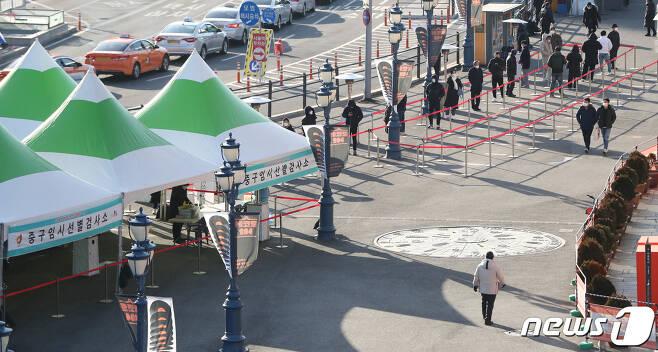시민들이 검체 검사를 위해 줄지어 서 있다./뉴스1 © News1 허경 기자
