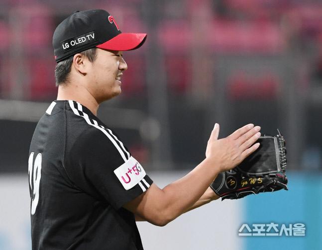 LG 트윈스 고우석이 지난해 10월 4일 수원 KT전에서 13-8로 앞선 9회 마지막 타자를 야수 호수비로 잡아내며 끝내자 박수로 화답하고 있다. 수원 | 김도훈기자 dica@sportsseoul.com