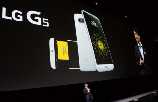 2016년 당시 LG전자 MC사업본부장 조준호 사장이 스페인 바르셀로나 '산 호르디 클럽'에서 열린 'LG G5 Day' 행사에서 전략 스마트폰 'LG G5'를 소개하고 있다. (사진=LG전자)