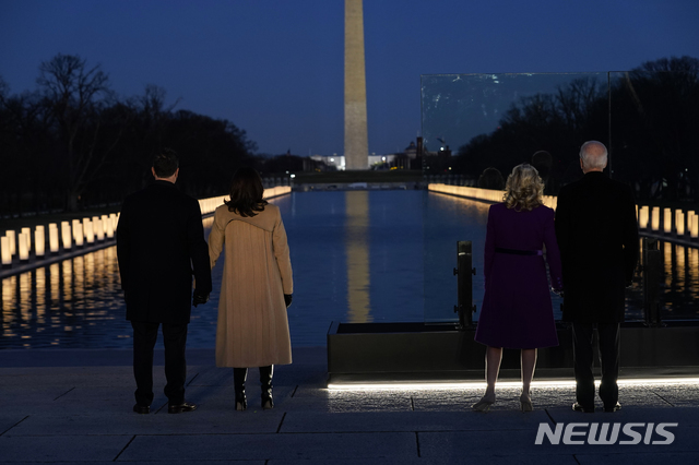 [워싱턴=AP/뉴시스]조 바이든(오른쪽) 대통령 당선인과 부인 질 바이든 여사가 취임식을 하루 앞둔 19일(현지시간) 워싱턴DC 링컨기념관에서 카멀라 해리스(왼쪽 세 번째) 부통령 당선인과 남편 더그 엠호프와 함께 코로나19 희생자들을 추모하고 있다. 2021.01.20.