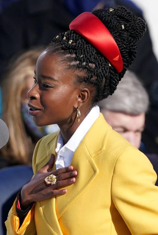 새장 속 새 모양의 반지로 마야 앤젤루에 대한 경의를 표현한 어맨다 고먼. 1993년 빌 클린턴 대통령 취임식에서 시를 낭송한 앤젤루는 자전적 소설 '새장에 갇힌 새가 왜 노래하는지 나는 아네'를 남겼다. /로이터 연합뉴스