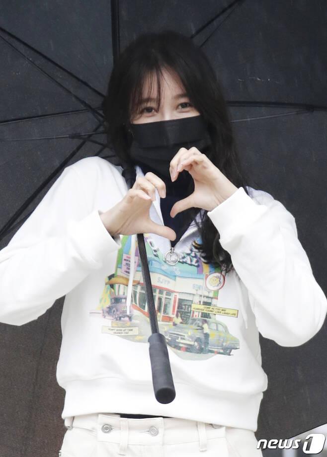 배우 이지아가 21일 오후 서울 목동 SBS에서 열린 SBS 라디오 파워FM '두시탈출 컬투쇼'를 마친 뒤 팬들에게 하트를 보내고 있다. 2021.1.21./뉴스1 © News1 권현진 기자