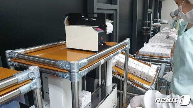 솔젠트 직원들이 신종 코로나바이러스 감염증(코로나19) 진단키트를 생산하고 있다. (솔젠트 제공) © 뉴스1