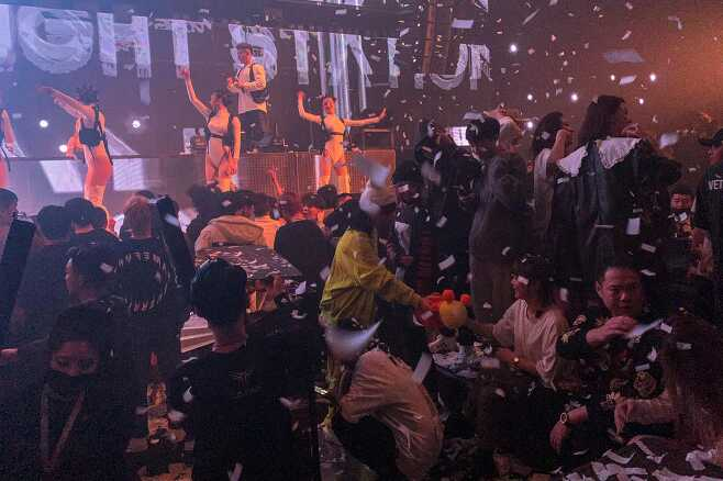 1월 21일, 중국 우한의 한 나이트클럽 / 사진 출처 : 연합뉴스