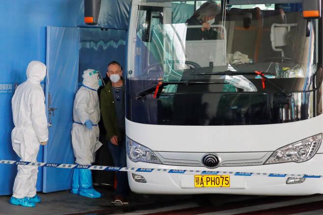 코로나바이러스 감염증 기원 조사할 세계보건기구(WHO) 국제조사단 중국 후베이성 우한에 도착 / 사진 출처 : 연합뉴스