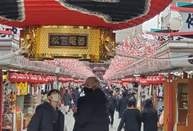 (도쿄=연합뉴스) 이세원 특파원 = 신종 코로나바이러스 감염증(코로나19) 긴급사태가 발효 중인 가운데 17일 오후 일본 도쿄도(東京都)의 관광지인 센소지(淺草寺) 인근이 행락객으로 붐비고 있다.