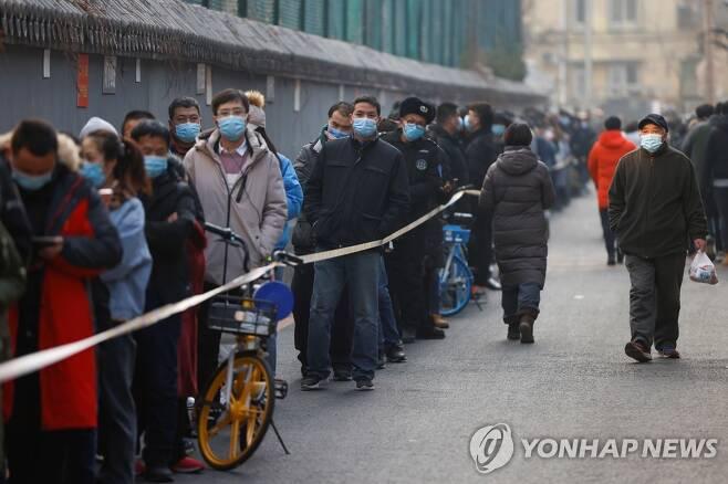 코로나19 핵산검사 순서 기다리는 베이징 시민들 (베이징 로이터=연합뉴스) 중국 수도 베이징에서 신종 코로나바이러스 감염증(코로나19) 확산세가 이어지는 가운데 22일 시민들이 핵산검사를 받기 위해 줄지어 서 있다. 최근 코로나19 환자가 잇따르는 베이징 다싱(大興)구에서는 전날에도 지역사회 감염 신규 확진자 3명이 나왔다. leekm@yna.co.kr
