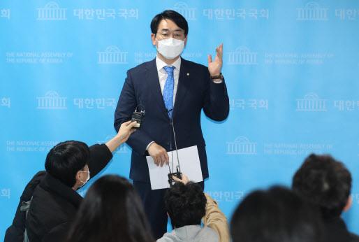 박용진 더불어민주당 의원이 24일 서울 여의도 국회 소통관에서 '금융위 공매도 제도개선 문제 지적' 기자회견을 하고 있다(사진=공동취재단).