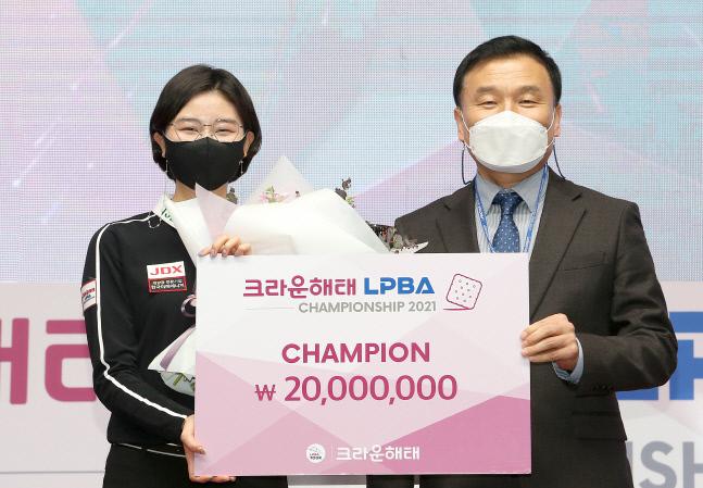 이미래(왼쪽)가 지난 22일 서울 강서구 메이필드호텔에서 끝난 2020~2021시즌 프로당구 LPBA 4차 대회에서 우승을 한 뒤 기종표 크라운해태 단장과 기념촬영하고 있다. 제공 | 프로당구협회(PBA)