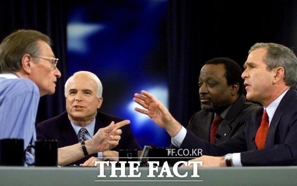 2000년 2월 15일, CNN 래리 킹 라이브 진행자인 래리 킹이 공화당 대선 후보들에게 질문을 던지고 있다. 존 매케인, 앨런 키즈, 조지 W 부시 텍사스 주지사(왼쪽부터). /AP.뉴시스