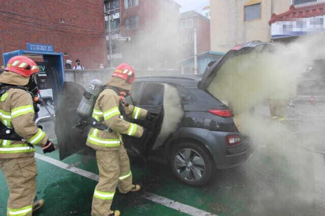 23일 오후 4시 11분께 대구시 달서구 한 택시회사 앞 전기차 급속충전소에서 발생한 현대차 코나 전기차 화재 사고. 해당 차량은 3시간 넘는 잔불 정리 끝에 현재 견인된 상태다. (사진=대구 달서소방서 제공)