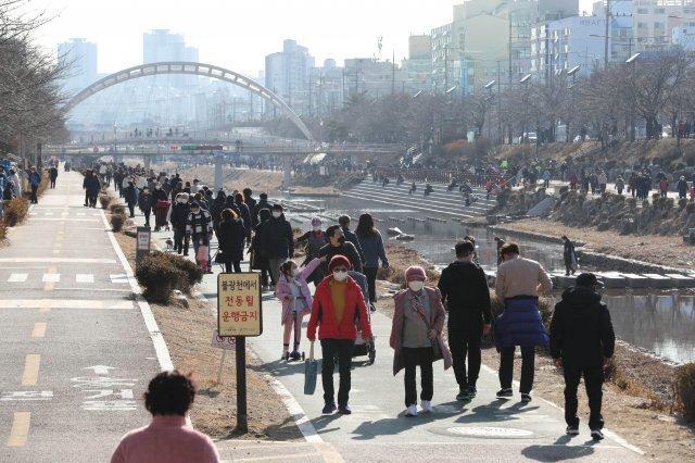 영상 12도를 육박하는 완연한 봄날씨를 보인 휴일인 24일 오후 서울 은평구 불광천변에 많은 시민들이 나와서 가볍게 운동을 하거나 산책을 즐기고 있다.