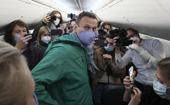 알렉세이 나발니가 지난 17일 귀국 비행기 안에서 기자들과 지지들의 사진 촬영 세례를 받고 있습니다. AP 연합뉴스