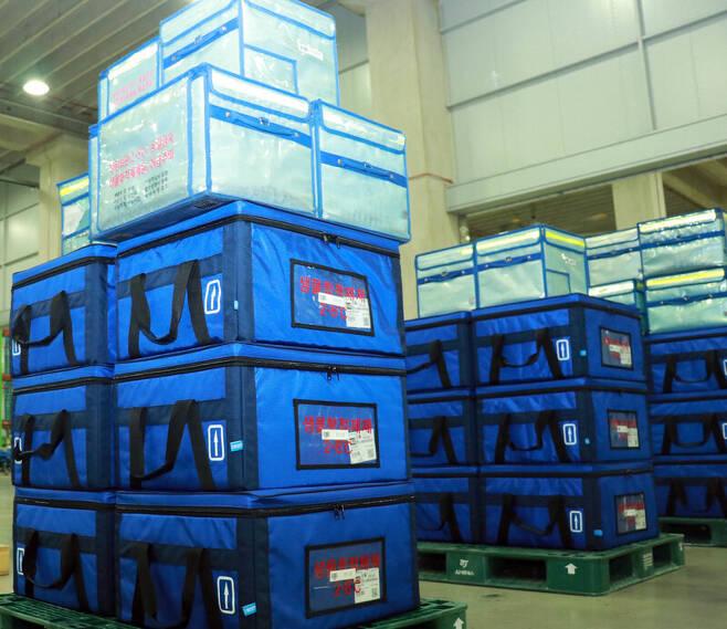 지난 21일 씨제이(CJ)대한통운 동탄제약허브(거점)센터에 백신 제품들이 쌓여있다. 냉장 보관돼야 하므로 특수용기에 담겨있다. CJ대한통운 제공