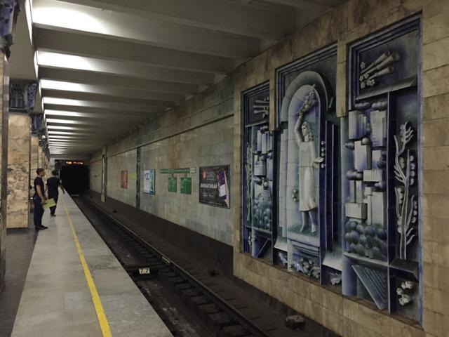우즈베키스탄 사마르카탄 시내 지하철 역사 내에 걸려 있는 미술 작품들. 이동학 작가