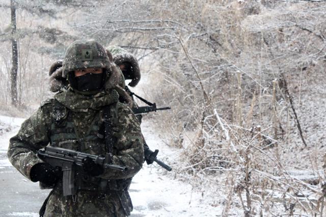 육군 제50보병사단 장병들이 21일 경북 안동시 산악지대에서 혹한기 훈련을 실시하고 있다. 안동=뉴스1