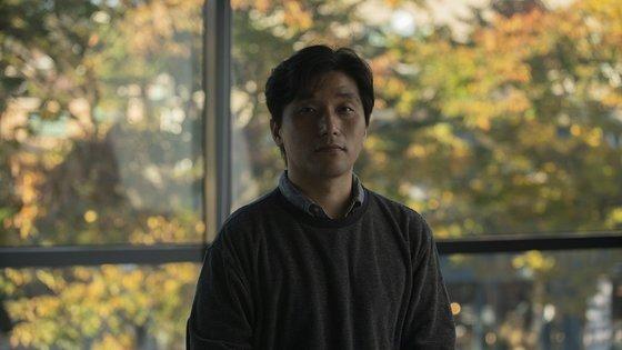 리얼돌을 다룬 다큐멘터리 '내일'을 선보인 정윤석 작가. [사진 국립현대미술관]