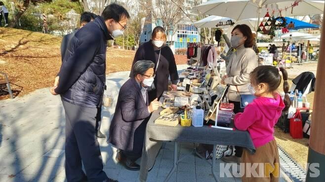 마을공원을 활용한 주민 네트워킹 현장에 방문한 정용래 대전 유성구청장(왼쪽 세 번째).