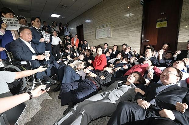 나경원 원내대표 등 자유한국당 의원들이 26일 사법개혁특위가 열리는 국회 회의실 앞을 점거하며 이상민 위원장 등 참석자 진입을 막고 있다. 2019.4.26 [사진=매경DB]