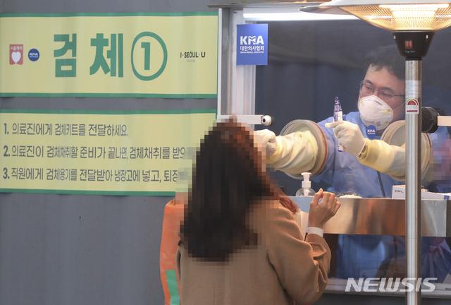 [서울=뉴시스]최진석 기자 =  신종 코로나바이러스 감염증(코로나19) 확진자가 3차 유행 이후 두달여 만에 최소인 346명으로 집계된 지난 22일 오전 중구 서울광장에 마련된 중구임시선별검사소에서 한 사람이 검체 채취 검사를 받고 있다. 2021.01.22. myjs@newsis.com