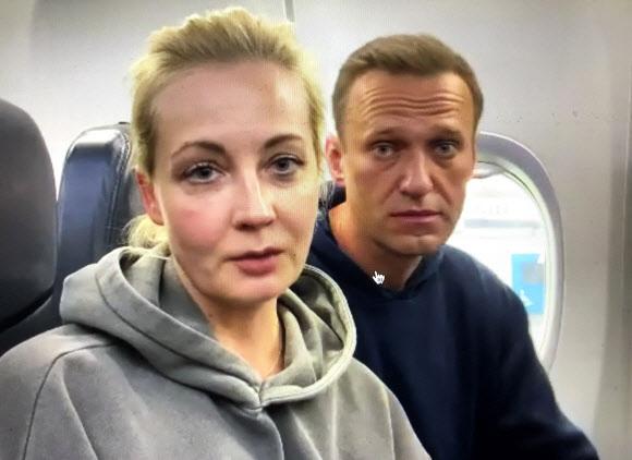 - 러시아 모스크바 셰레메티예보 공항에 17일(이하 현지시간) 도착한 뒤 입국심사대에서 경찰에 체포된 러시아 야권 지도자 알렉세이 나발니가 부인 율리아와 함께 독일 베를린 외곽 쇼에넨펠트 공항에서 모스크바행 여객기에 몸을 실은 뒤 촬영한 사진이 인스타그램에 게재됐다.인스타그램 캡처 AP 연합뉴스