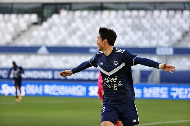 보르도 황의조가 24일(한국시간) 프랑스 보르도의 누보 스타드 드 보르도에서 열린 앙제와의 2020-2021시즌 프랑스 리그앙 21라운드 홈경기에서 골을 터뜨린 뒤 세리머니를 하고 있다. 보르도 트위터