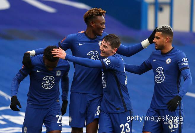 첼시의 타미 아브라함(왼쪽 두 번째)이 해트트릭을 터뜨린 뒤 동료들과 기쁨을 나누고 있다. 게티이미지코리아