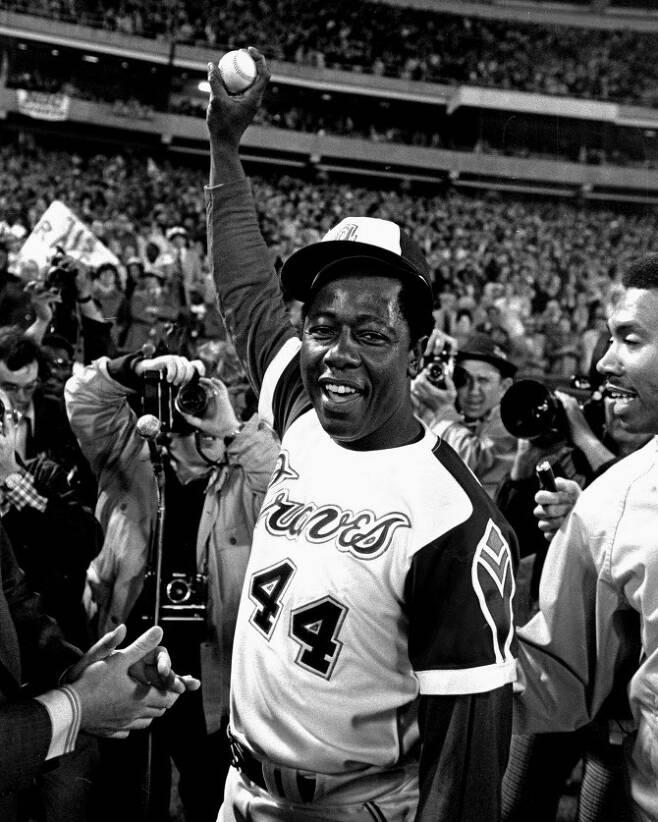 베이브 루스의 개인 통산 최다 홈런 기록을 갈아치운 뒤 기뻐하는 현역 시절 행크 애런의 모습. 사진=AP PHOTO