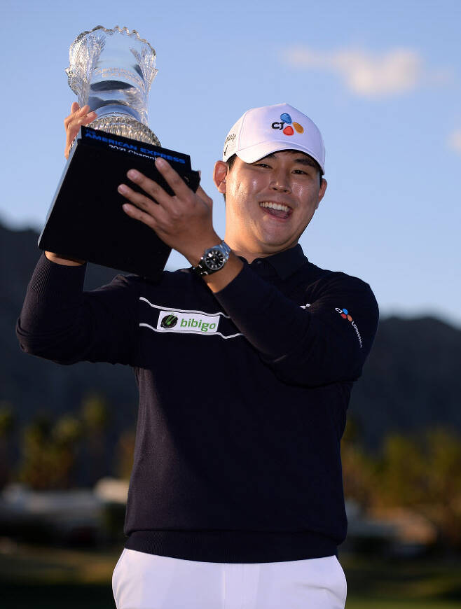 김시우가 우승트로피를 들고 환하게 웃고 있다. (사진=AFPBBNews)