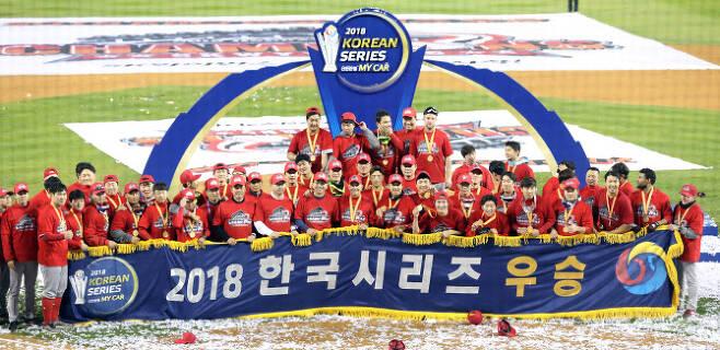2018년 한국시리즈 우승을 차지한 SK와이번스. 사진=뉴시스
