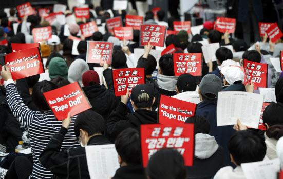 지난 2019년 11월 23일 오후 서울 종로구 청계천로에서 열린 '리얼돌 아웃, 제2차 리얼돌 전면 금지화 시위'에서 여성들이 구호를 외치고 있다.(사진=뉴스1)