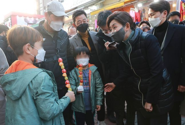 4·7 서울시장 보궐선거에 출마를 선언한 나경원 국민의힘 전 원내대표가 24일 오후 서울 마포구 홍대 거리를 찾아 '탕후루'를 한손에 들고 있는 어린이들과 대화를 나누고 있다. ⓒ뉴시스
