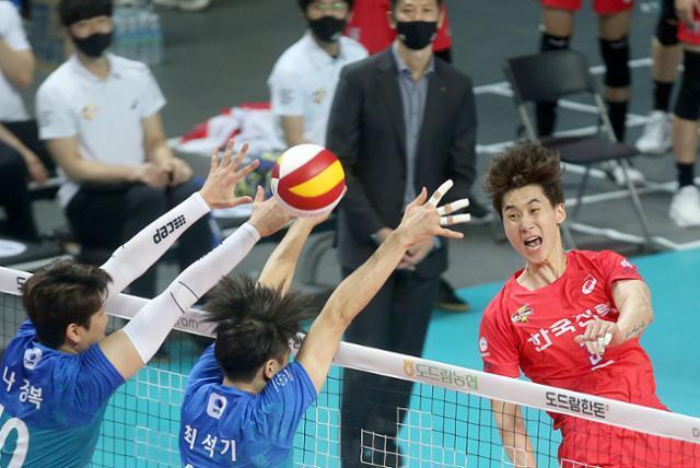 24일 서울 장충체육관에서 열린 우리카드 대 한국전력 경기에서 박철우가 스파이크를 하고 있다. 한국전력 배구단 제공.