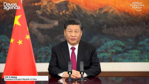 시진핑 중국 국가주석이 25일 다보스 어젠다 화상 연설에서 중국 정부의 다자주의 견지 입장을 설명하고 있다. EPA 연합뉴스