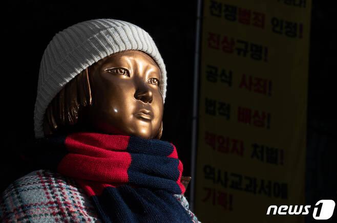 26일 오전 서울 종로구 옛 일본대사관 앞 평화의 소녀상. 2021.1.26/뉴스1 © News1 이재명 기자