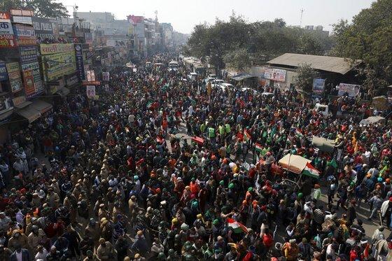 농민들과 시위대가 뉴델리로 향하고 있다. 로이터=연합뉴스