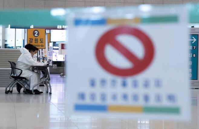 지난 7일 오후 인천국제공항 1터미널 입국장에서 방역요원들이 근무를 하고 있다. 뉴스1