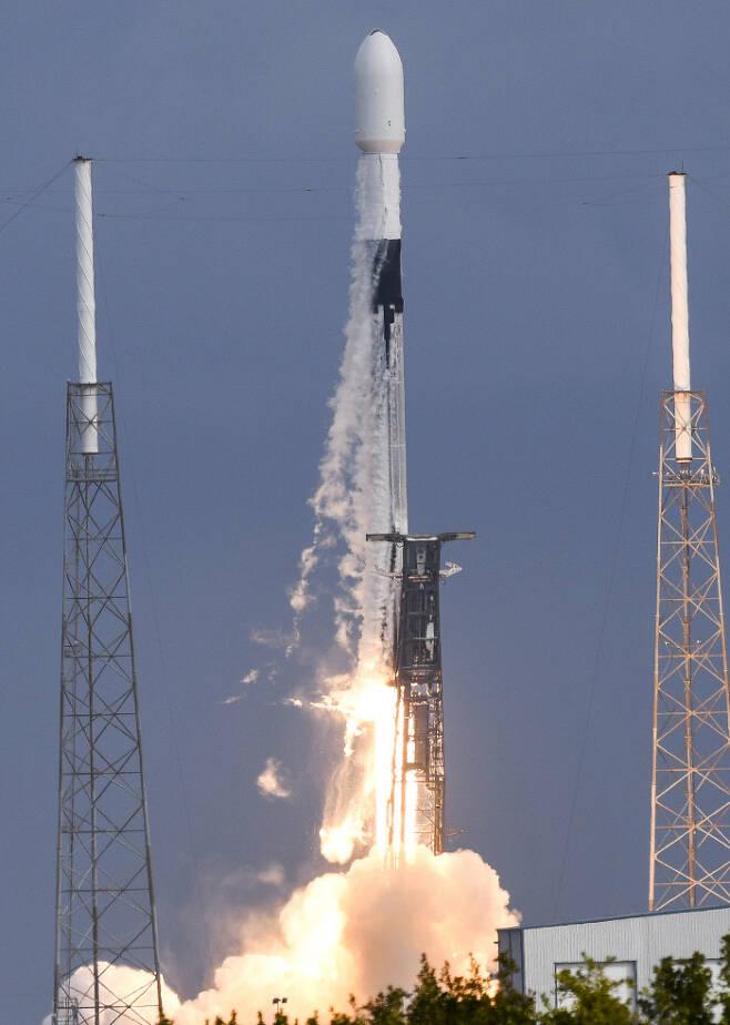 스페이스X가 지난 24일(현지시간) 미국 플로리다에서 143개의 소형 위성을 실은 로켓 팰컨9을 발사하고 있다. 플로리다|AP연합뉴스